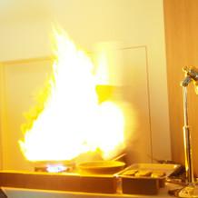 料理の○人風、シェフによる炎の演出