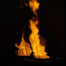 シェフによるメイン料理の炎の演出