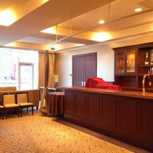 50人披露宴会場の待合室。狭いかも。