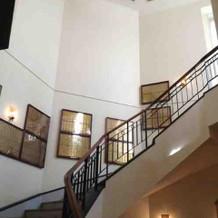 螺旋階段.ネームプレートが飾られている