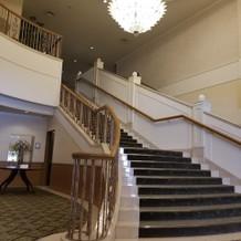 正面玄関からチャペルに向かう途中の大階段