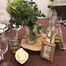 披露宴会場でのゲストのテーブル。
