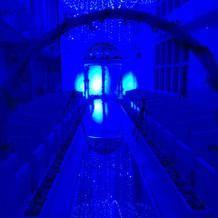 ブルーライトに照らされた挙式場