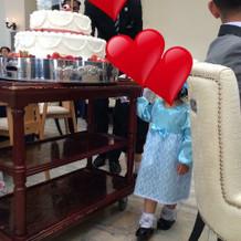 ケーキを運ぶ子供たち