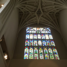 天井が高く、ステンドグラスが綺麗。