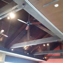 会場の天井。おしゃれなレストランです