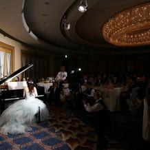 新婦がピアノを演奏