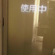 鍵をかけるとトイレのドアが透明から変わる