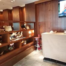 バーカウンター横の受付、棚は自由に飾れる