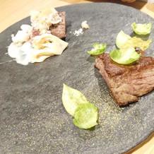 メインのお肉料理、奥が白で手前が緑