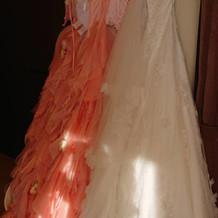 カラードレスとウエディングドレスです。