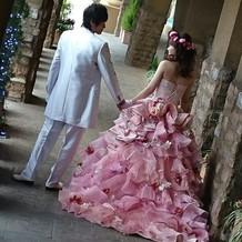 花がたくさん散らばったドレスです