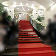 赤い絨毯の階段