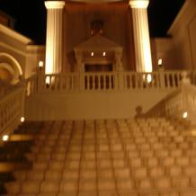 チャペルの外の大階段を下からみたところ