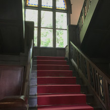 映画に出てくるような階段があります