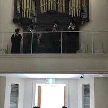聖歌隊は2階から