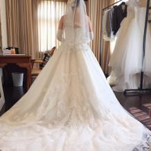 日本製のドレス。装飾が華やか。