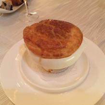 パイを割ると、コンソメスープ。
