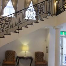 新館ロビー:階段で写真撮影