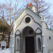 見学時は冬でした。雪の中の教会