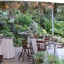 ガーデンウェディングならではの開放感。