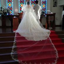 挙式のウェディングドレスとタキシード