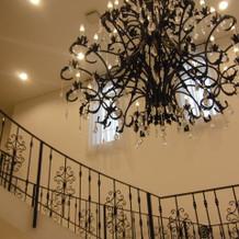 大きなシャンデリアのある中階段
