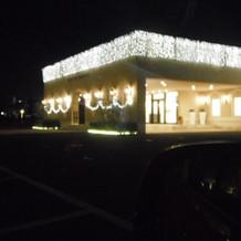 冬は夜、式場はライトアップされます