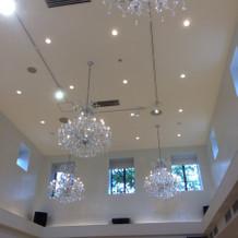 披露宴会場 天井 高く綺麗なデザイン!