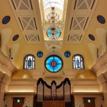 天井も高くステンドグラスが綺麗でした。
