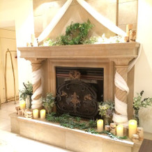 入ると暖炉がお出迎え。冬場は灯が灯ります