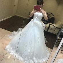 刺繍が細かく入ったドレス。