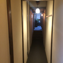 雰囲気ある廊下。天井も敢えて低め
