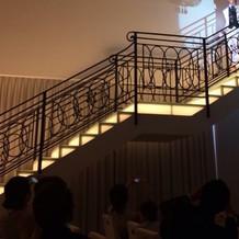 披露宴会場の階段から入場