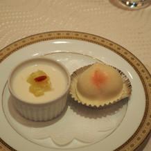 ハスあん入り桃まんじゅうと杏仁豆腐