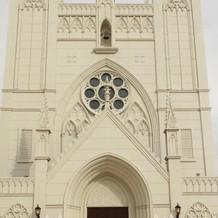 大聖堂の外観。白くて綺麗な建物です。