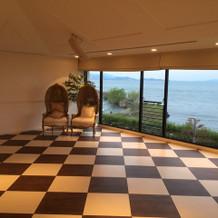 琵琶湖が一望できる披露宴会場の左側