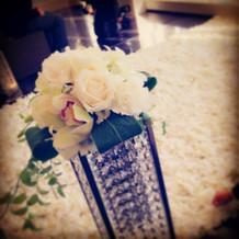 ヴァージンロードに敷き詰められる花びら