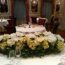 メインテーブル装花(主賓側より撮影)