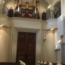 大聖堂入口とパイプオルガン