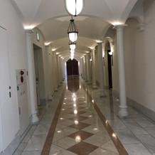 エレベーターから式場へ向かう廊下の様子
