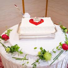 ウェディングケーキと装花
