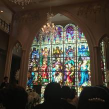 美しいステンドグラスの教会