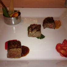 牛ロースのステーキ 三種のソース