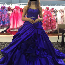 ロイヤルブルーのドレス