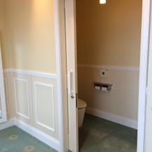 会場隣接の休憩室にトイレ