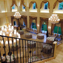披露宴会場には階段があります