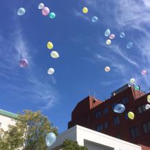 空に飛んで行く風船