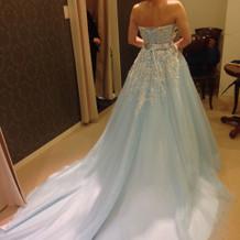 水色のドレスは、後ろが長く形もキレイ。