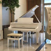真っ白なグランドピアノがあります!